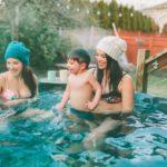 2 Frauen mit Kindern im Hot Tub