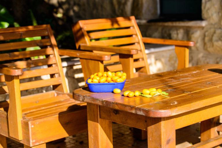 Gartenmöbel aus hellem Holz
