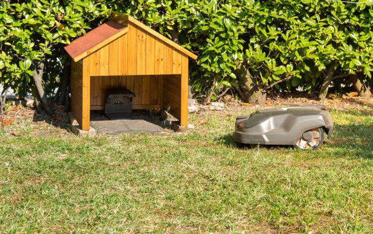 Rasenmäherroboter vor seiner Garage