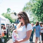 Junge Frau auf einem Flohmarkt