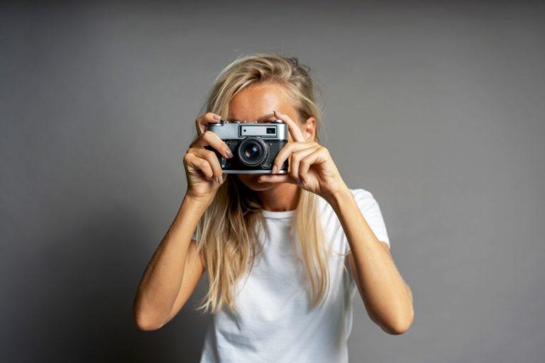 Junge Frau mit analoger Kamera