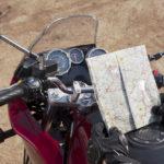 Motorradfahrer schaut auf eine Straßenkarte