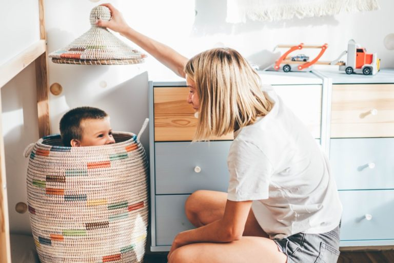 Junge spielt im Kinderzimmer verstecken